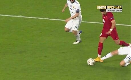 Судья Марчиняк назначил пенальти в ворота России после падения Туфана. Тосун забил