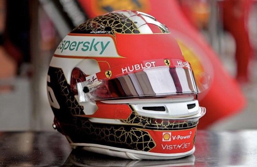 Леклер показал шлем для Гран-при Бахрейна с золотыми звездами