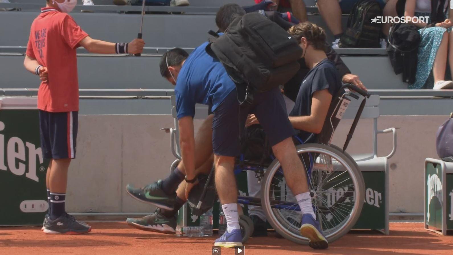 Фрица увезли с корта на коляске после матча с Кепфером. Он повредил колено в последнем розыгрыше