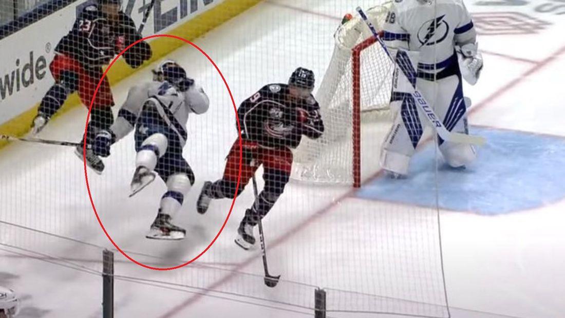 Уложил жестким ударом с локтя в голову. Русский хоккеист Сергачев пострадал от 100-килограммового американца Матто